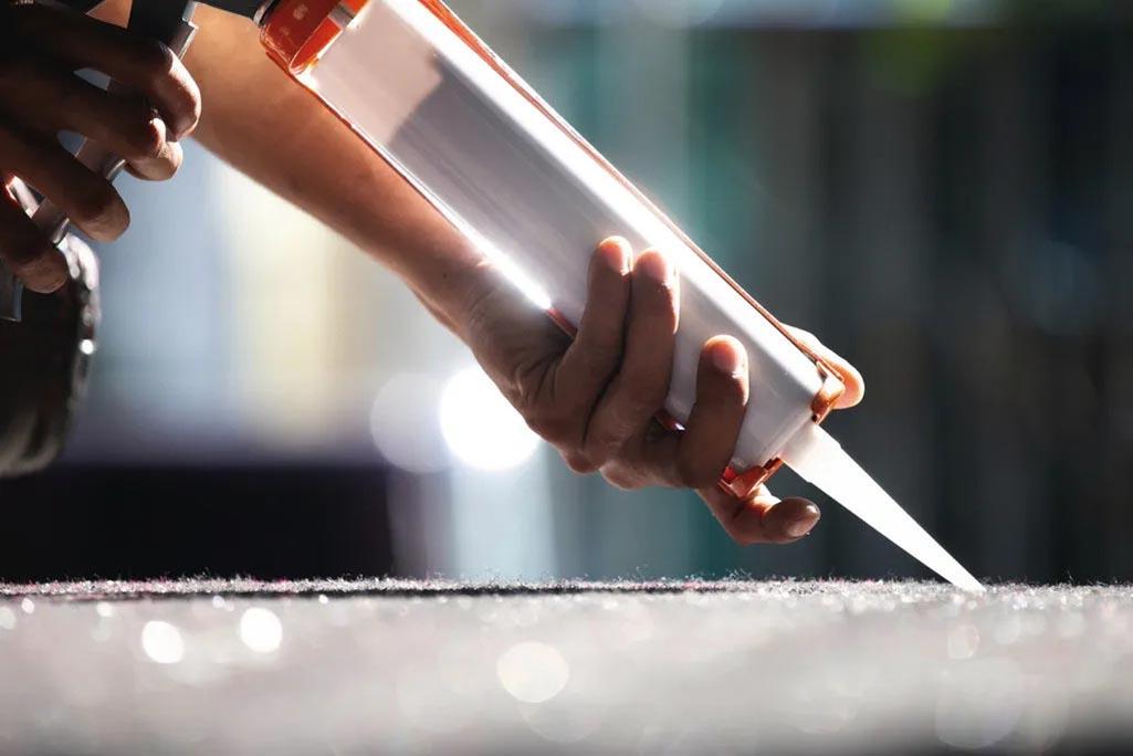 Bí quyết chống dột bằng keo silicone khi thi công tấm lợp lấy sáng