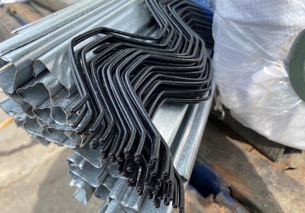 Thanh nẹp ZigZag thi công lưới chắn côn trùng làm nhà lưới